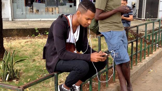 Para burlar las limitaciones, los cubanos recurren a mercado informal, que tiene todo tipo de ofertas de teléfonos móviles, desde los más sencillos hasta los más sofisticados. (14ymedio)