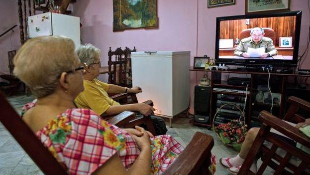 Dos personas viendo la televisión.