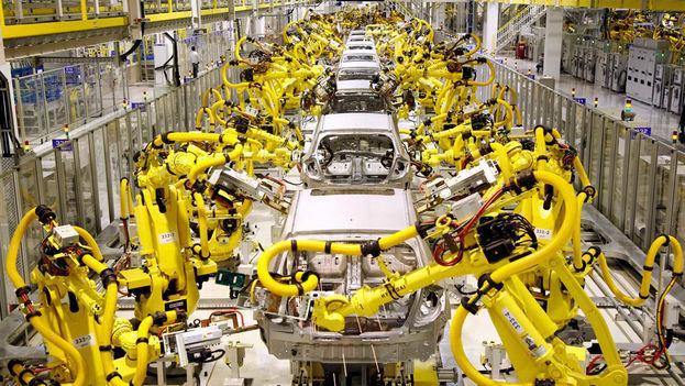 Robot industrial en una planta de montaje de vehículos. (robohub.org)