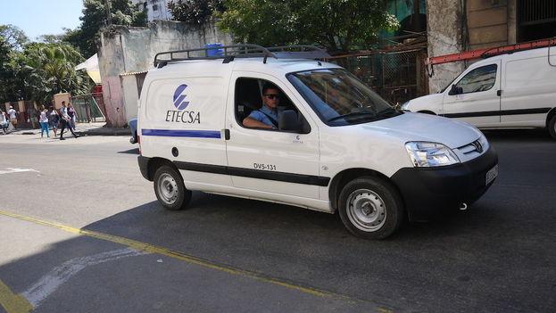 Un vehículo de la empresa de telecomunicaciones estatal de Cuba, Etecsa. (14ymedio)