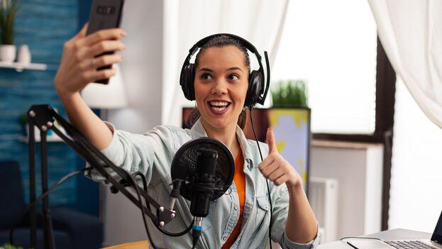 Influencer tomando un selfie en un estudio de grabación para Instagram