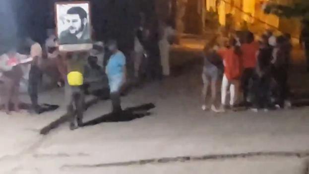 """El grupo se detuvo al llegar frente a la vivienda para gritar consignas:  """"Abajo los mercenarios"""", """"Abajo el bloqueo"""" y """"Viva Cuba libre"""". (Captura)"""