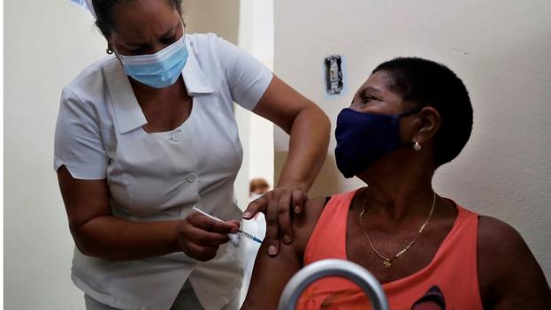 Una persona recibe el candidato vacunal Abdala, en un consultorio de La Habana. (EFE/Yánder Zamora)
