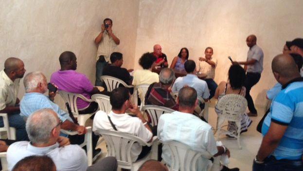 """Activistas cubanos en la reunión mantenida este lunes en la sede del """"Instituto de Artivismo Hannah Arendt"""". (14ymedio)"""