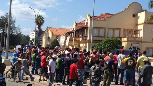 Acto de repudio contra Damas de Blanco en las cercanías del túnel de la Calle Línea (14ymedio)