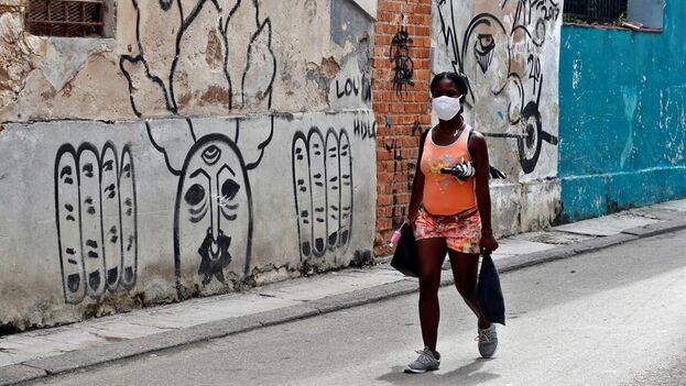 Además de los 87 casos importados de coronavirus en Cuba, el informe indica que hay 79 nuevos contagios autóctonos. (EFE/Ernesto Mastrascusa/Archivo)