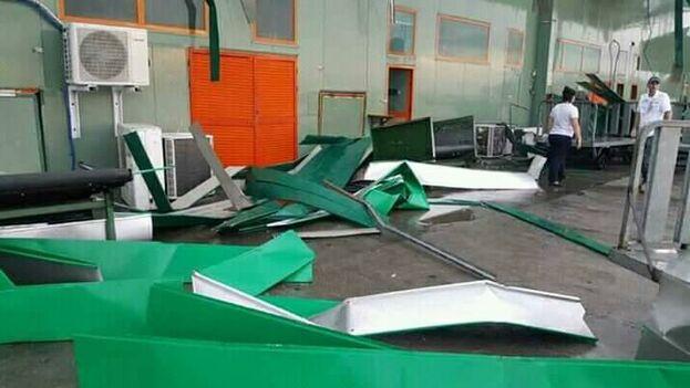 Los daños más severos se registran hasta el momento en el Aeropuerto Internacional Abel Santamaría, de Santa Clara. (Facebook/Yasiel Tejeda)