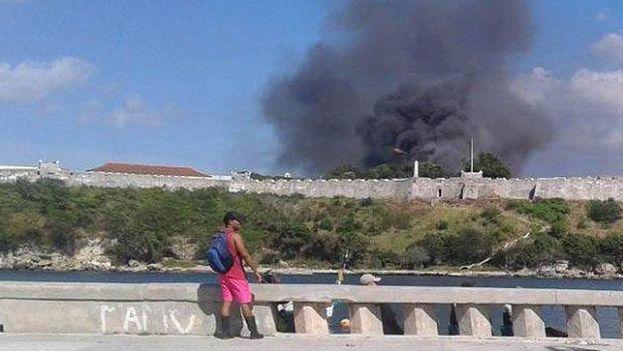 Una reportera de la Agencia Cubana de Noticias publicó una imagen de la columna de humo que sale de La Cabaña. (ACN)