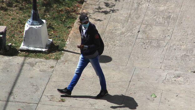 Agente de la Seguridad del Estado que este 8 de marzo impidió salir de su casa a Luz Escobar. (14ymedio)