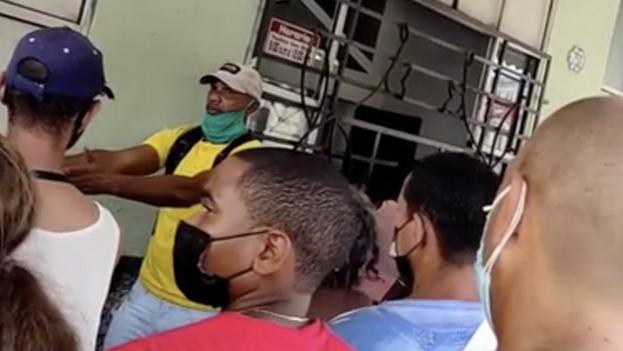 """Un hombre """"organiza"""" la cola para comprar helado en el comercio conocido como El Cuchillo. (14ymedio)"""