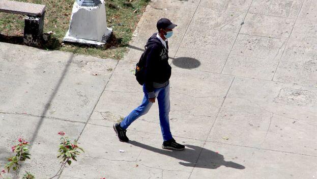 Agente de la Seguridad del Estado que impidió a la reportera Luz Escobar salir de su casa el pasado 8 de marzo. (14ymedio)