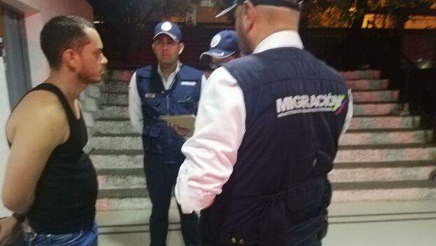 Agentes de Migración colombianos junto al agente cubano expulsado este sábado. (Migración Colombia)