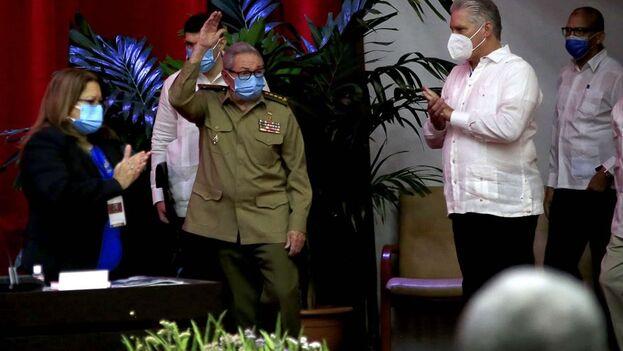 Queda sobre los hombros de los sucesores que designó Raúl Castro la responsabilidad de llevar a cabo las urgentes reformas que necesita el país. (EFE/ACN)