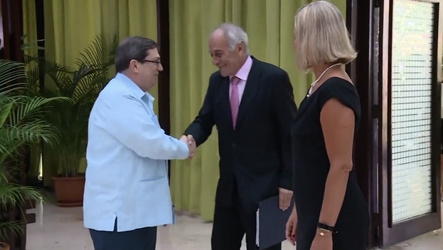 Alberto Navarro, embajador de la UE en Cuba, estrecha la mano del canciller cubano, Bruno Rodríguez. (Captura)