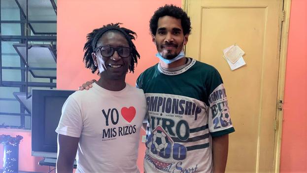 Luis Manuel Otero Alcántara (d) acompañado del colaborador de CubaNet Noticias Rudy Cabrera Arcia (i), luego de salir del hospital este 1 de diciembre. (Facebook)