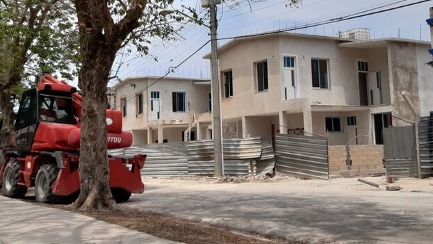 Las viviendas, que se erigen en la calle Almendares entre Bruzón y Lugareño, frente al Parque de La Pera, destacan en el entorno por una disposición cómoda de sus espacios. (14ymedio)