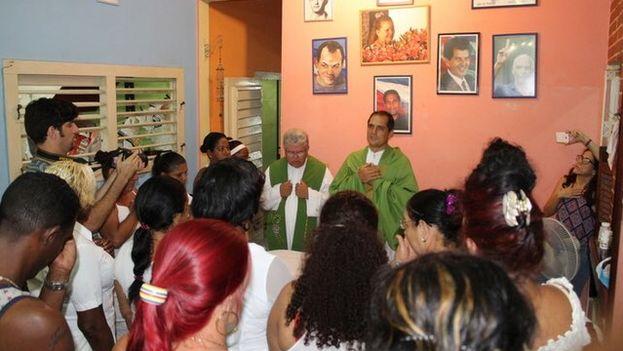 Los sacerdotes Castor Álvarez y José Conrado Rodríguez presiden una misa en la sede de las Damas de Blanco en La Habana. (Cortesía)