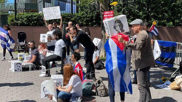 En la protesta participaron, entre otros, el periodista Carlos Manuel Álvarez, la profesora Omara Ruiz Urquiola y los artistas Luis Eligio D Omni, Javier Caso y Kizzy Macías. (14ymedio)