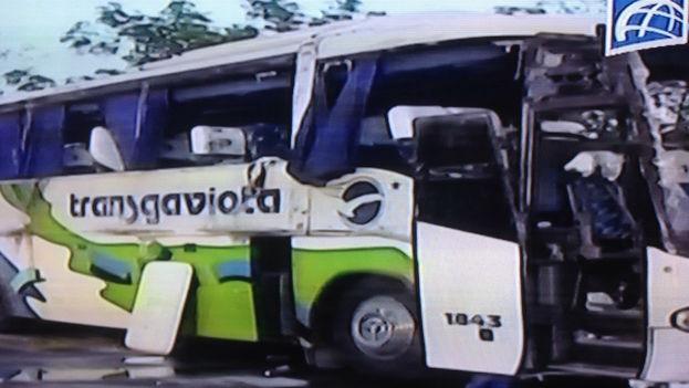 El ómnibus de Transgaviota involucrado en el accidente (imagen tomada del noticiero estelar de la televisión)