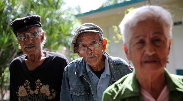 Ancianos en un asilo en la ciudad de Cienfuegos. (EFE)