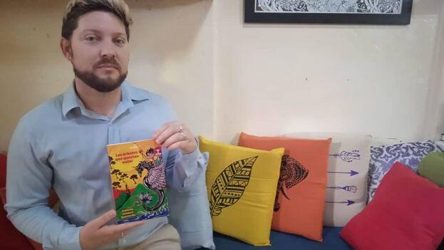 El padre de Andrés Gómez Quevedo fue obligado a revelar quienes tenían copia del libro regalada para requisarla. (AGQ)