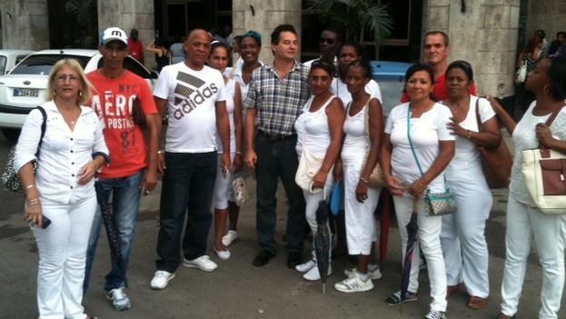 Ángel Santiesteban y algunos activistas después de la liberación. (14ymedio)