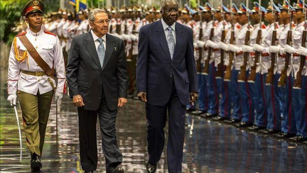 El primer ministro de Antigua y Barbuda, Gaston Browne, es recibido por el presidente cubano, Raúl Castro en el Palacio de la Revolución. (EFE Archivo)
