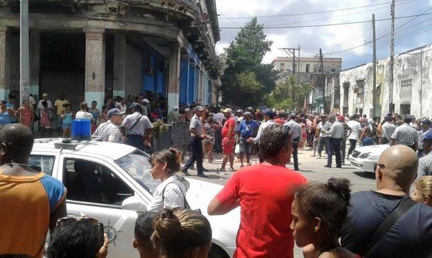 Apenas unos minutos después de iniciada la protesta llegaron al lugar decenas de efectivos de la PNR y tropas especiales. (Facebook)
