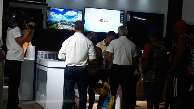 Las cámaras de la televisión oficial no se perdieron la apertura de las nuevas tiendas. (14ymedio)