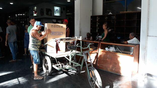 Los compradores se organizaron el transporte en este primer día. (14ymedio)