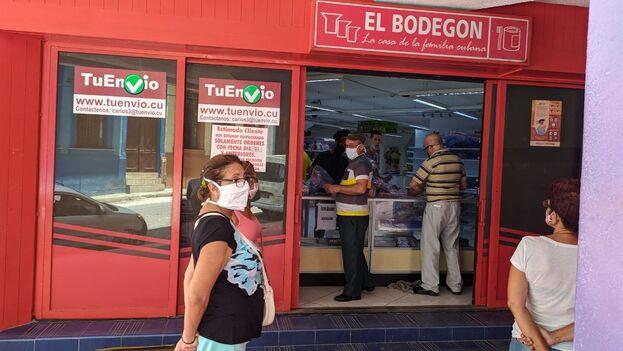 """Área de la tienda de Carlos III donde despachan los """"combos"""" comprados a través de TuEnvío. (14ymedio)"""