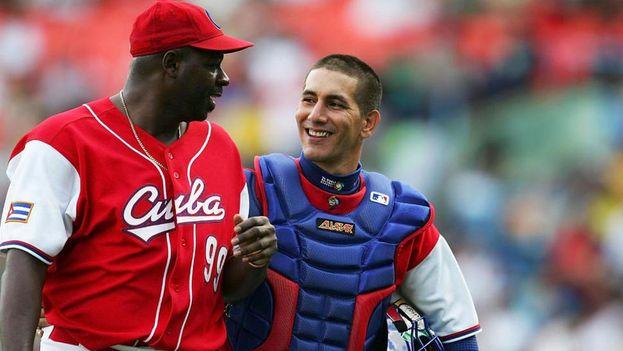 Ariel Pestano sonríe tras finalizar un partido de bésibol. (EFE archivo)