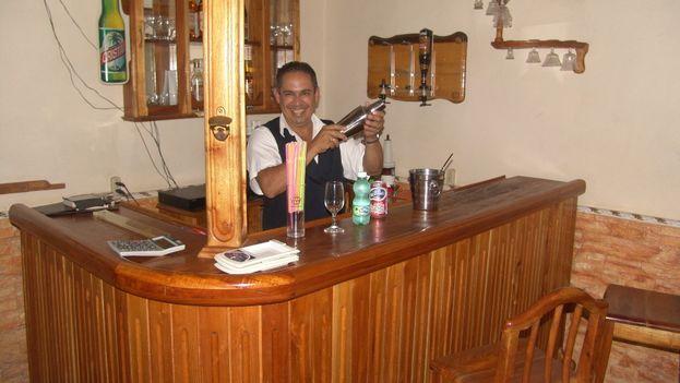 Ariel 'el Gordo', barman y camarero de El Mesón. (14ymedio)