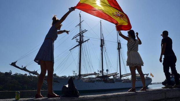 """El buque escuela de la Armada española """"Juan Sebastián Elcano"""" abandona la bahía de La Habana. (EFE Archivo)"""