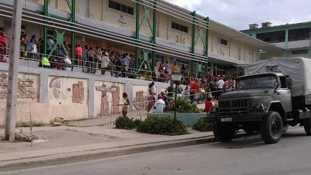 Tropas especiales de las Fuerzas Armadas Revolucionarias y agentes del Ministerio del Interior, custodiaron durante los días festivos las enormes colas que se hacen en Santiago de Cuba para comprar alimentos. (14ymedio)