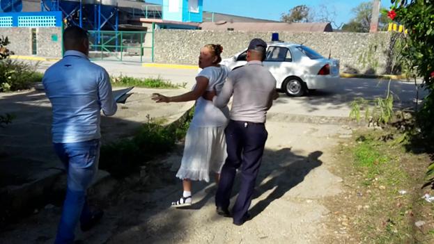 Arresto de la Dama de Blanco Ada López frente a su casa y cuando trataba de llegar a la sede del Movimiento en la barriada habanera de Lawton. (14ymedio)