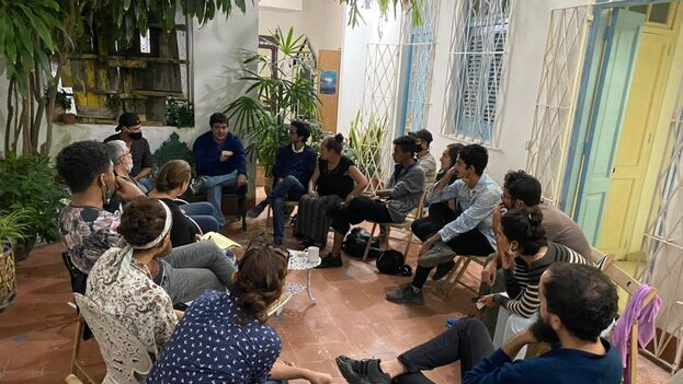 Artistas reunidos en el Instituto de Artivismo Hannah Arendt para trabajar en la agenda acordada con el viceministro Fernando Rojas el pasado 27 de noviembre. (14ymedio)