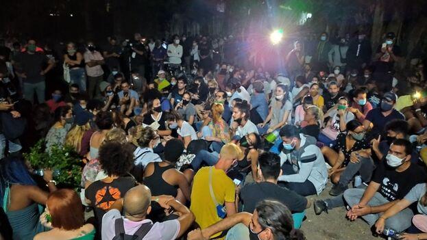 Artistas reunidos frente al Ministerio de Cultura en La Habana exigiendo al Gobierno cubano que se abre al diálogo. (14ymedio)