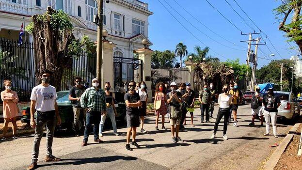 Artistas del grupo 27N que acudieron el miércoles ante el Ministerio de Cultura para reclamar las detenciones de Camila Lobón y Katherine Bisquet. (27N)