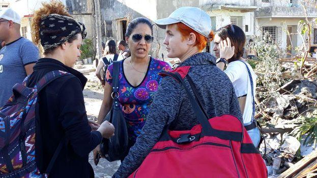 Artistas y periodistas independientes han acudido a las zonas más afectadas por el tornado del pasado domingo en La Habana para brindar apoyo a los damnificados. (14ymedio)