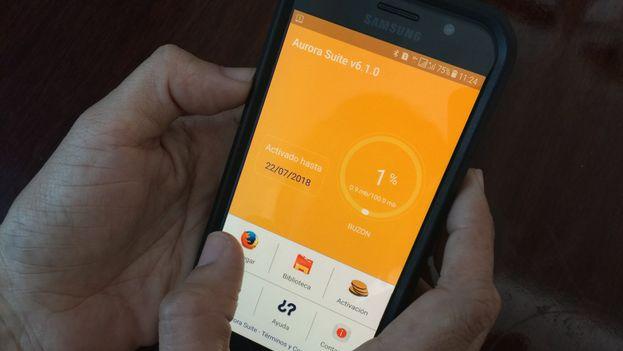 Un usuario utiliza la 'app' Aurora Suite para navegar en internet desde su correo electrónico Nauta. (14ymedio)