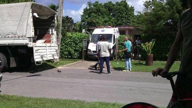 Autoridades desalojan a una anciana en Cuba. (Cortesía)