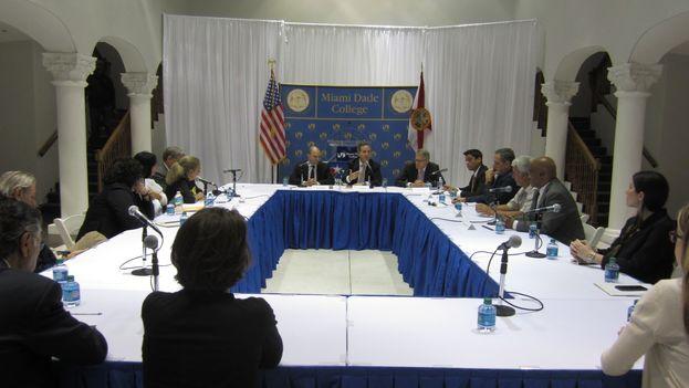 El asesor principal del presidente Barack Obama para la política hacia Cuba, Ben Rhodes durante su reunión con representantes de la sociedad civil de la Isla. (14ymedio)