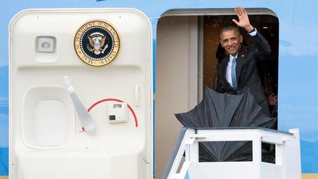 El presidente estadounidense Barack Obama bajando de Air Force One. (EFE/Alejandro Ernesto)