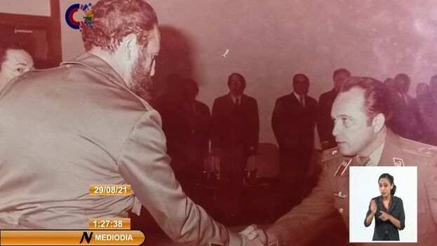 El general Félix Baranda saludando a Fidel Castro. (Captura/ NTV)