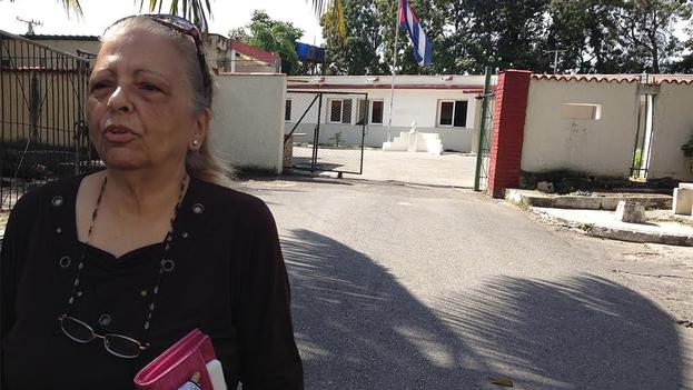 Martha Beatriz Roque a la salida de su cita en la Dirección de Inmigración y Extranjería de Factor y Final, Nuevo Vedado. (14ymedio)