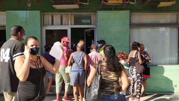 La oficina de la calle Belascoain, en La Habana, también estaba repleta de personas, pero el sistema estaba caído. (14ymedio)