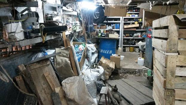 Para entrar al garage de Bernardo, ingeniero de 65 años, hay que apartar los objetos que se acumulan hasta el techo. (14ymedio)