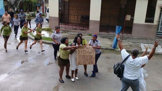 Berta Soler, líder de las Damas de Blanco, es detenida durante una manifestación en La Habana. (Damas de Blanco)
