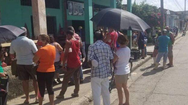 Bodega de Punta Brava, en el municipio habanero de La Lisa, donde se realiza el reparto de módulos gratuitos de comida. (14ymedio)